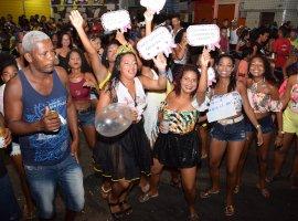 [Blocos mantêm tradição e fazem o melhor Carnaval de Lauro de Freitas]