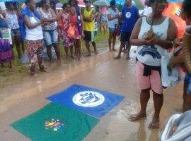 [Pescadores impedem a saída de caminhões da Petrobras em Candeias]