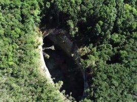 [Cratera com quase 50 m se forma e preocupa moradores: 'Medo']