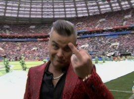 [Gesto obsceno de Robbie Williams na abertura vira brincadeira entre jogadores]