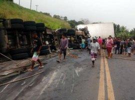 [Acidente com caminhões, carreta e Kombi deixa mortos e feridos na BR-101]