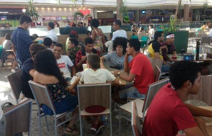 [Jogos de tabuleiro: jovens e adultos se reúnem pra jogar no Boulevard Shopping]