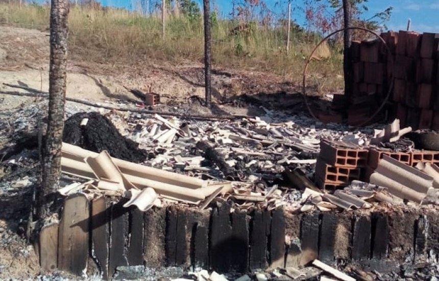 [Barraco pega fogo e homem morre carbonizado em em Dias d'Ávila]