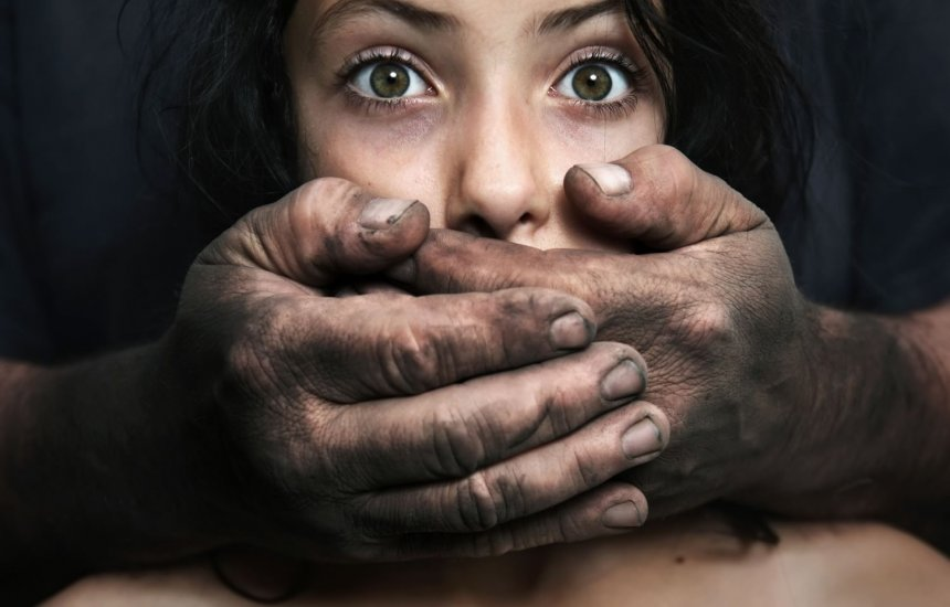 [Homem é preso suspeito de abusar sexualmente de adolescentes de 13 e 14 anos]