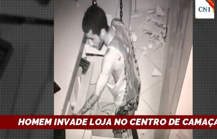 [Vídeo mostra homem invadindo loja no centro de Camaçari]