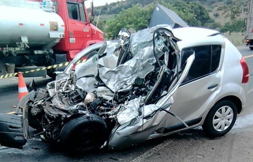 Acidente entre carro e carreta deixa duas pessoas mortas na BR-110