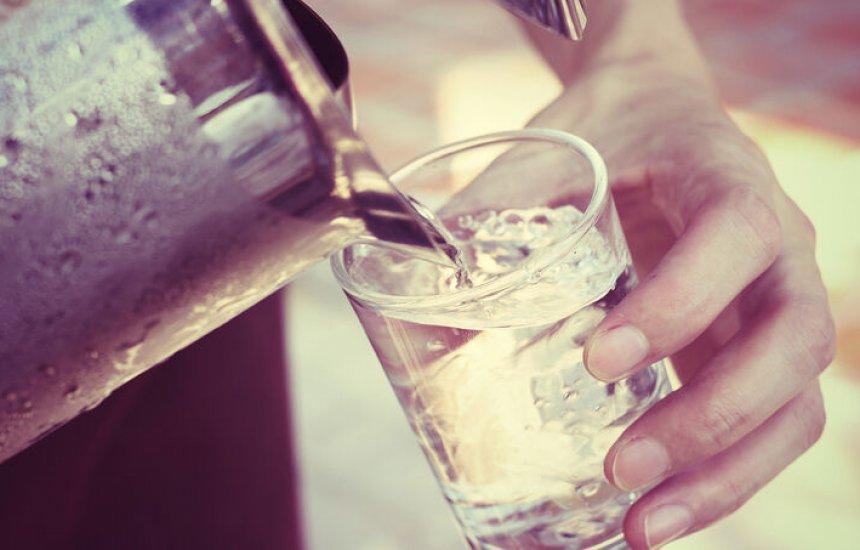 [10 motivos para não esquecer de beber água]