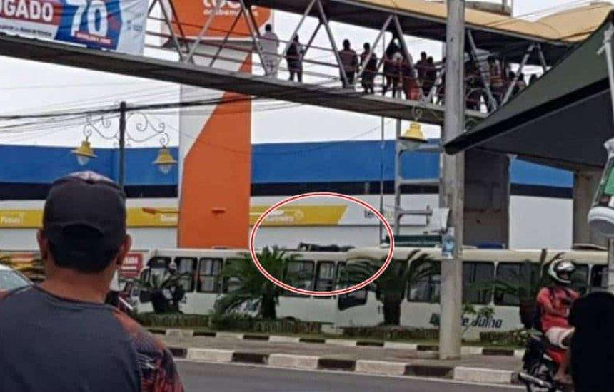 [Homem se joga de passarela e cai em cima de ônibus em Lauro; veja vídeo]