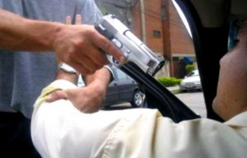 Veículo é tomado de assalto na rotatória da Ford