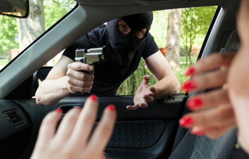 [Criminosos roubam três carros em Camaçari]