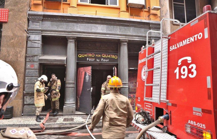 [3 bombeiros morrem durante combate a incêndio no Rio de Janeiro]