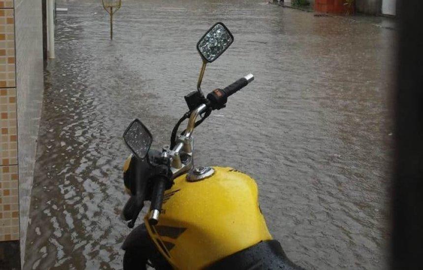 [Moradores mostram resultado das fortes chuvas em Camaçari]