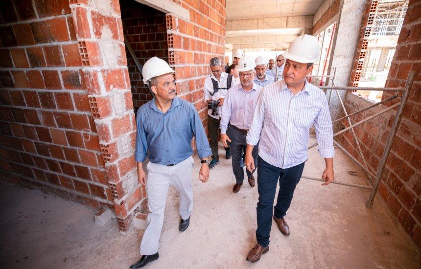 [Em companhia do governador, Elinaldo visita obras da maternidade no Limoeiro]