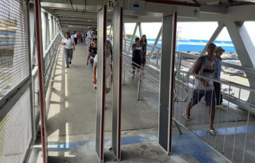 Metrô utiliza detector de metais em esquema especial de segurança durante o Carnaval