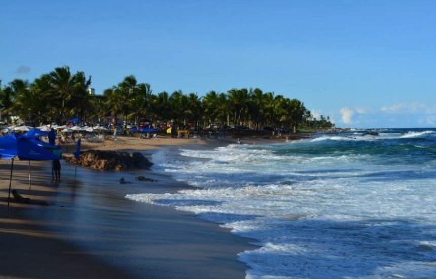 Homem é salvo por banhistas após se afogar em praia de Itapuã