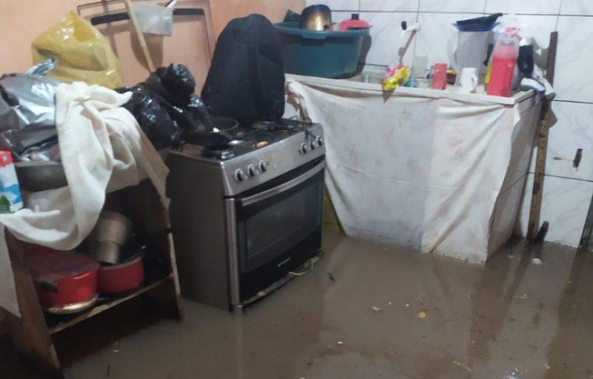 ['Não aguentamos mais acordar com água de esgoto dentro de casa', diz moradora do Nova Vitória]
