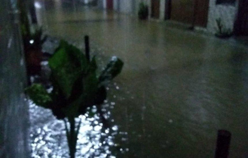 [Água alaga rua e invade casa no Jardim Brasília durante chuva]