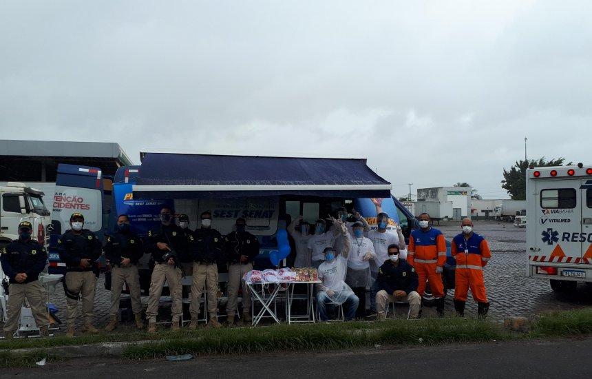 Caminhoneiros são atendidos durante operação em estradas; nenhum apresenta suspeita de Covid-19