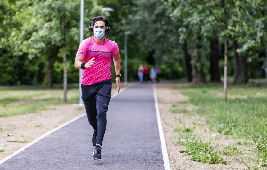 [As máscaras faciais ajudam ou atrapalham na hora do exercício físico? Educador explica]