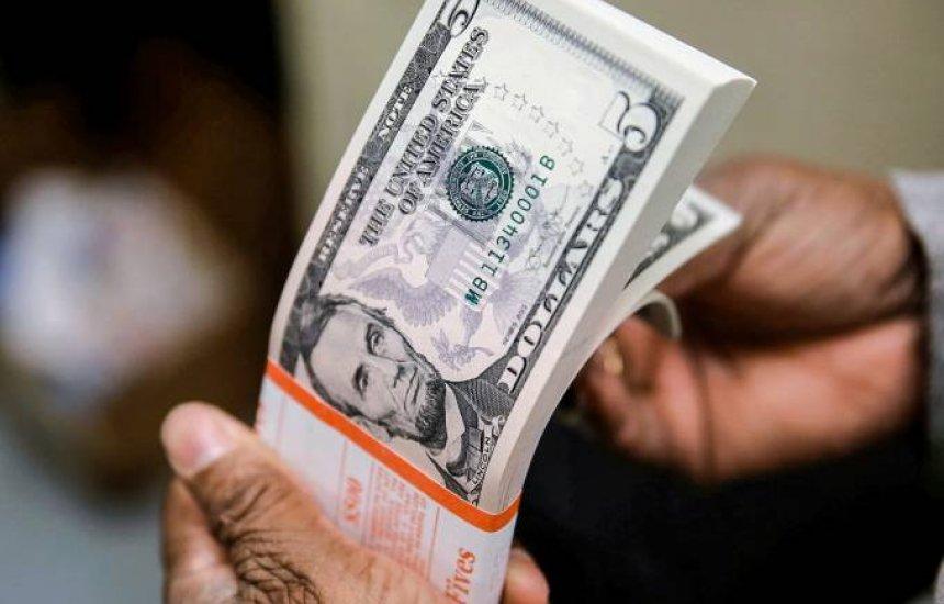 Dólar vira para alta e é vendido por R$ 5,35