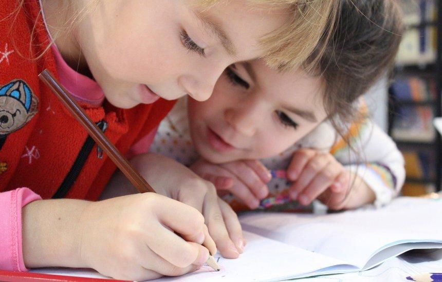 [Covid-19: Carga viral em crianças pode ser 100 vezes maior do que em adultos]
