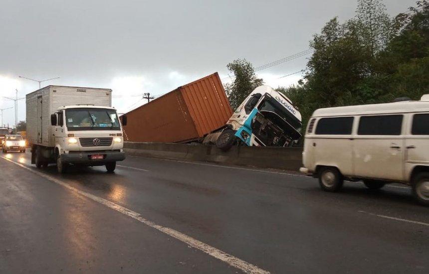 [Três pessoas ficam feridas durante batida entre carreta e carro na BR-324]