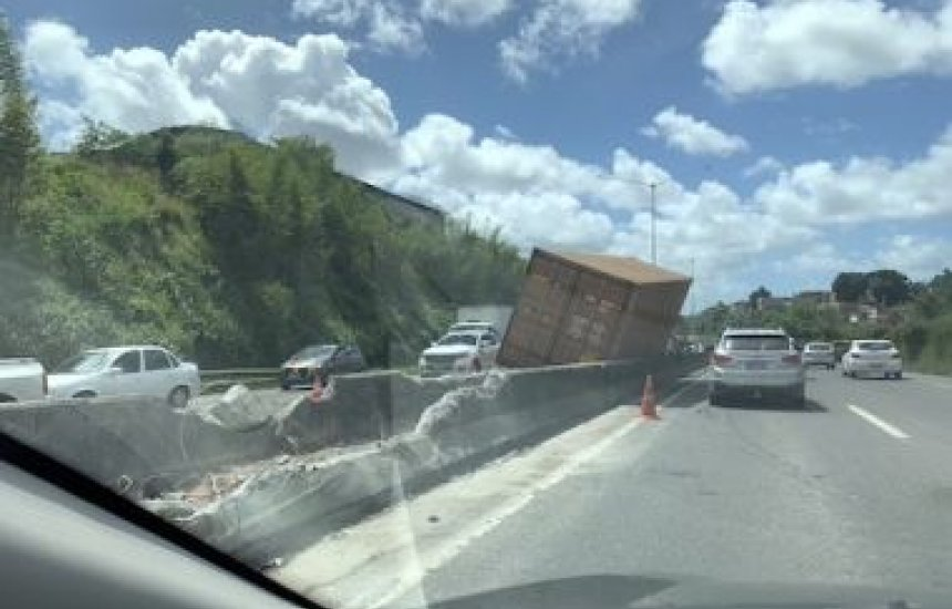 [Remoção de caminhão que tombou deixa trecho da BR-324 interditada até final da tarde]