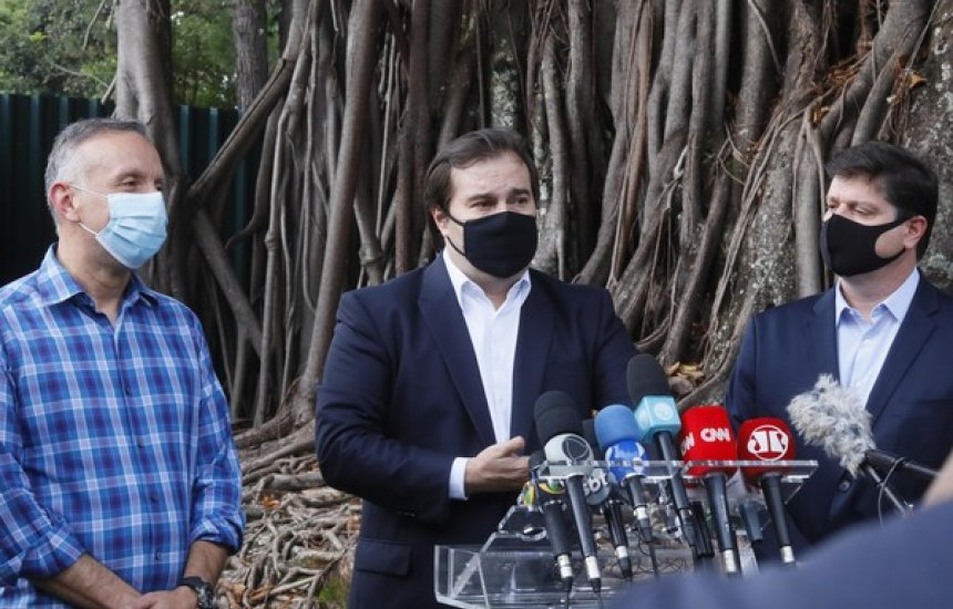[Maia afirma que decisão de contratar CoronaVac mostra que Bolsonaro 'não é tão corajoso']