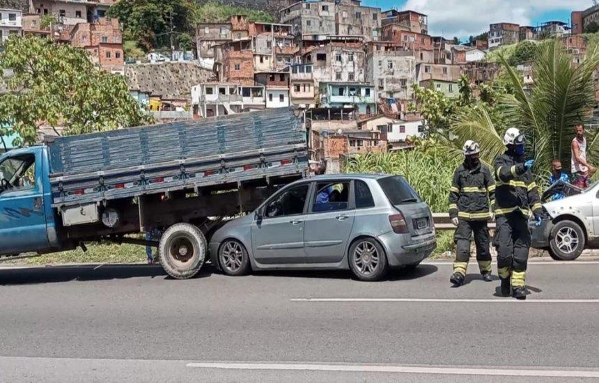 Engavetamento com ao menos sete veículos causa grande congestionamento na BR-324