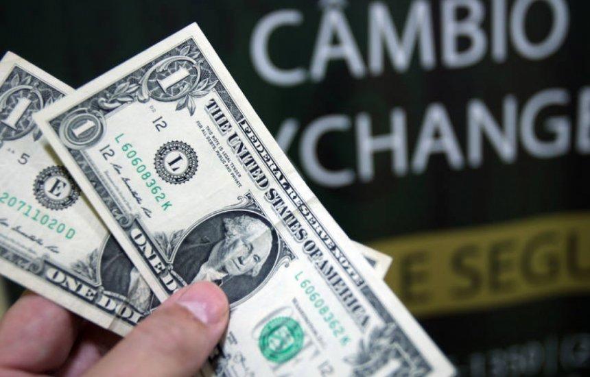 Dólar à vista opera em alta, acima de R$ 5,50, em dia de B3 fechada