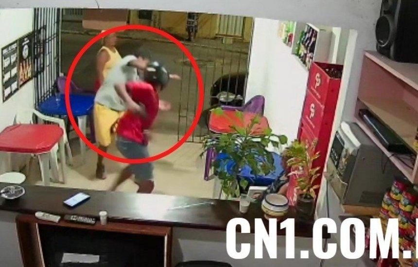 [Vídeo: Homem reage a assalto em bar e leva soco]