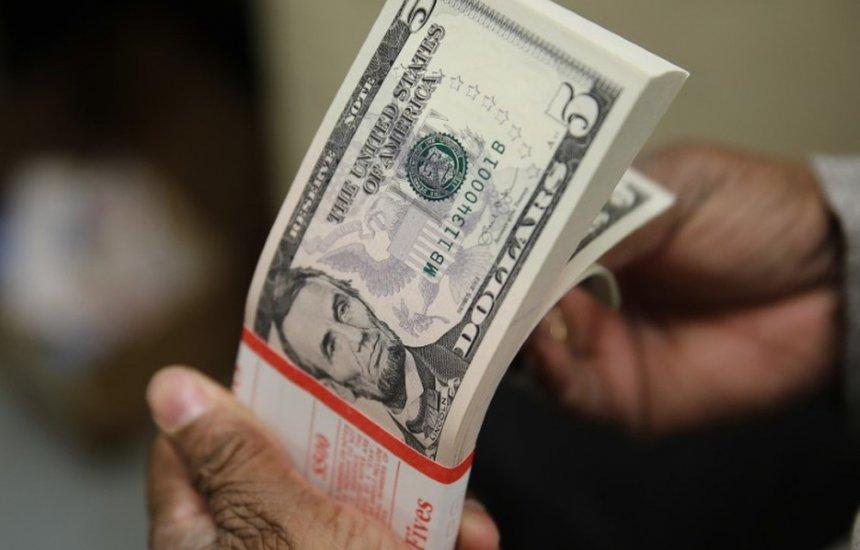 [Dólar sobe a R$ 5,71 e bolsa tem queda com crise do teto de gastos]
